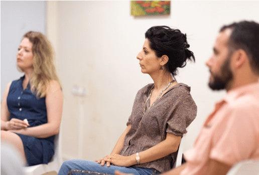 צוות פסיכולוגים יושבים ומקשיבים