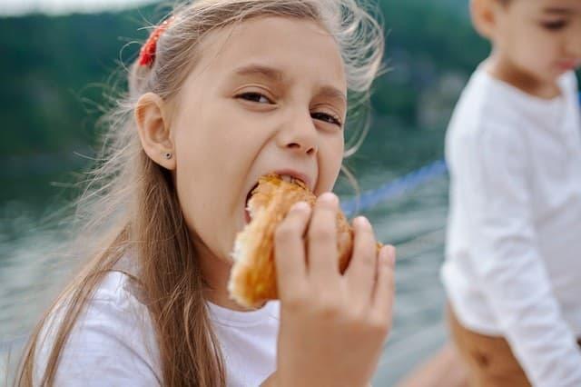 ילדה אוכלת קוראסון