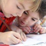 ילדות לומדות בבית ספר